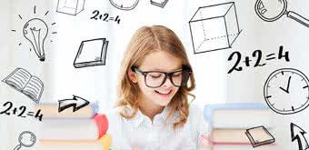 Девочка читает книги